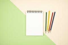 Vue supérieure de page vide de carnet avec les crayons colorés Photographie stock