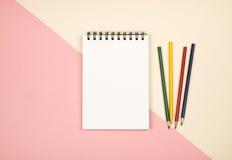 Vue supérieure de page vide de carnet avec les crayons colorés Photos libres de droits