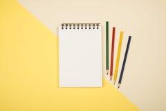 Vue supérieure de page vide de carnet avec les crayons colorés Photo stock