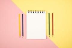 Vue supérieure de page vide de carnet avec les crayons colorés Photo libre de droits