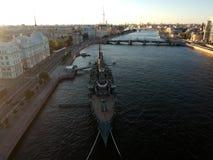 Vue supérieure de panorama de croiseur et de ville de l'aurore dans le St Petersbourg Photographie stock libre de droits
