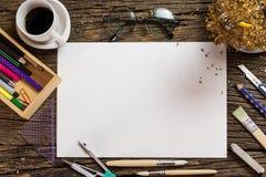 Vue supérieure de papier blanc et fournitures scolaires sur le bois foncé Photo libre de droits