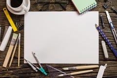 Vue supérieure de papier blanc et fournitures scolaires sur le bois foncé Image libre de droits