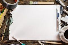 Vue supérieure de papier blanc et fournitures scolaires sur le bois foncé Photos libres de droits