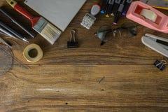 Vue supérieure de papier blanc et fournitures scolaires sur le bois foncé Photo stock