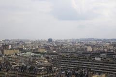 Vue supérieure de Paris pendant le jour nuageux d'été Photos stock