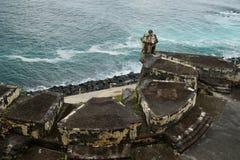 Vue supérieure de Paseo del Morro, San Felipe del Morro Fortress, Porto Rico avec une partie du mur en pierre sur le premier plan Image stock