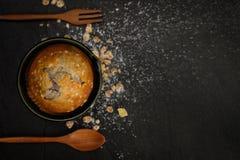 Vue supérieure de petit pain de myrtilles sur le fond noir Photo libre de droits