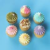 Vue supérieure de petits gâteaux de fantaisie sur le fond bleu Photo libre de droits