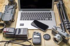 Vue supérieure de photographe d'espace de travail et de concept de voyage avec l'appareil-photo, bourdon, éclair, Photographie stock libre de droits