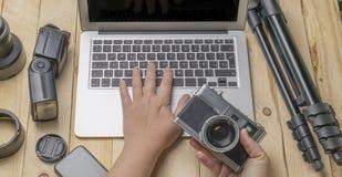 Vue supérieure de photographe d'espace de travail et de concept de voyage avec l'appareil-photo, etc. Photos stock