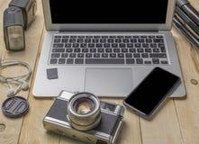Vue supérieure de photographe d'espace de travail et de concept de voyage avec l'appareil-photo, le bourdon, l'éclair, etc. Images libres de droits