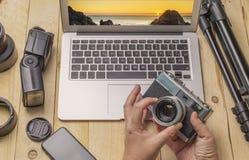 Vue supérieure de photographe d'espace de travail et de concept de voyage avec l'appareil-photo, le bourdon, l'éclair, etc. Image libre de droits