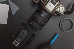 Vue supérieure de photographe d'espace de travail sur le fond noir de table Images libres de droits