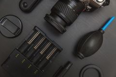 Vue supérieure de photographe d'espace de travail sur le fond noir de table Photographie stock