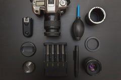 Vue supérieure de photographe d'espace de travail sur le fond noir de table Image libre de droits