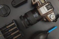 Vue supérieure de photographe d'espace de travail sur le fond noir de table Photos stock