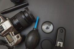 Vue supérieure de photographe d'espace de travail sur le fond noir de table Photo stock