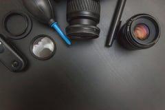Vue supérieure de photographe d'espace de travail sur le fond noir de table Image stock