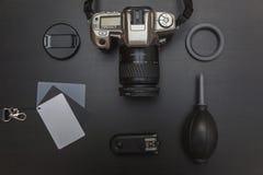 Vue supérieure de photographe d'espace de travail sur le fond noir de table Photo libre de droits