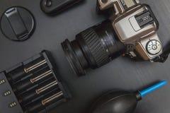 Vue supérieure de photographe d'espace de travail sur le fond noir de table Photographie stock libre de droits