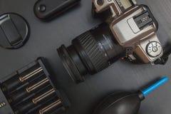 Vue supérieure de photographe d'espace de travail sur le fond noir de table Photos libres de droits