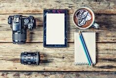 Vue supérieure de photographe sur le lieu de travail avec l'espace de copie bureau de vue supérieure avec l'espace de copie Images libres de droits