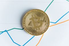 Vue supérieure de pièce de monnaie de cryptocurrency de bitcoin d'or sur commerce de graphe linéaire Image libre de droits