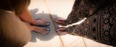 Vue supérieure de pied sale de deux paires avec des bascules électroniques Photo stock