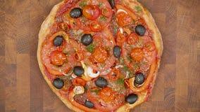 Vue supérieure de pizza avec des ingrédients sur la table en bois - arrêtez l'animation de mouvement clips vidéos