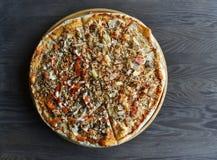 Vue supérieure de pizza de famille images stock