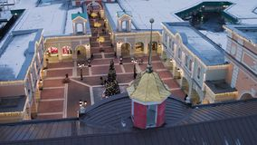 Vue supérieure de place avec le pin lumineux, décorations dans le jour de chute de neige banque de vidéos