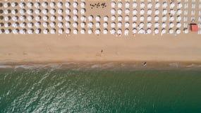 Vue supérieure de plage avec les parapluies blancs Sables d'or, Varna, Bulgarie Image libre de droits