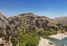 Vue supérieure de plage et de rivière Megalo Potamos Megalopotamo dans l'endroit où elle coule dans la mer libyenne, Crète de Pre Photos libres de droits
