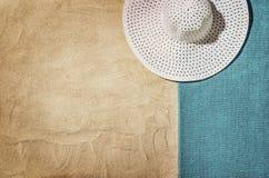 Vue supérieure de plage et de sable avec des accessoires Photos libres de droits