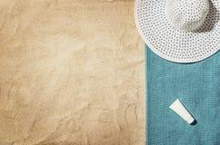 Vue supérieure de plage et de sable avec des accessoires Photographie stock libre de droits