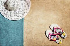 Vue supérieure de plage et de sable avec des accessoires Images libres de droits