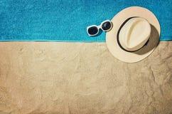 Vue supérieure de plage et de sable avec des accessoires Photos stock