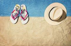 Vue supérieure de plage et de sable avec des accessoires Images stock