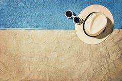 Vue supérieure de plage et de sable avec des accessoires Image libre de droits