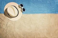 Vue supérieure de plage et de sable avec des accessoires Image stock