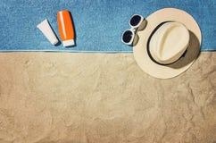 Vue supérieure de plage et de sable avec des accessoires Photographie stock