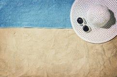 Vue supérieure de plage et de sable avec des accessoires Photo stock