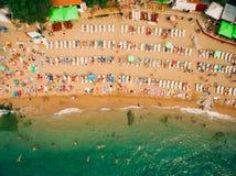 Vue supérieure de plage La vue aérienne de la plage sablonneuse avec des touristes nagent Photos stock