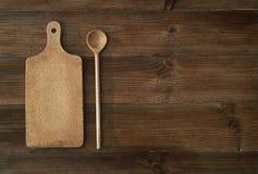 Vue supérieure de planche à découper en bois sur la vieille table en bois Photos libres de droits