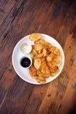 Vue supérieure de plat avec les pommes chips faites à la maison Images libres de droits