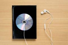 vue supérieure de plat de carnet et de dvd avec l'écouteur Photos stock