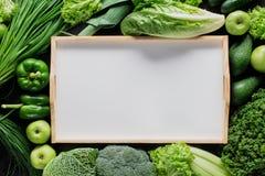 vue supérieure de plateau vide entre les légumes verts, saine photos stock
