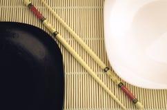 Vue supérieure de plats noirs et blancs Image stock
