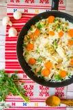 Vue supérieure de poêle avec du riz de poulet avec des légumes photographie stock